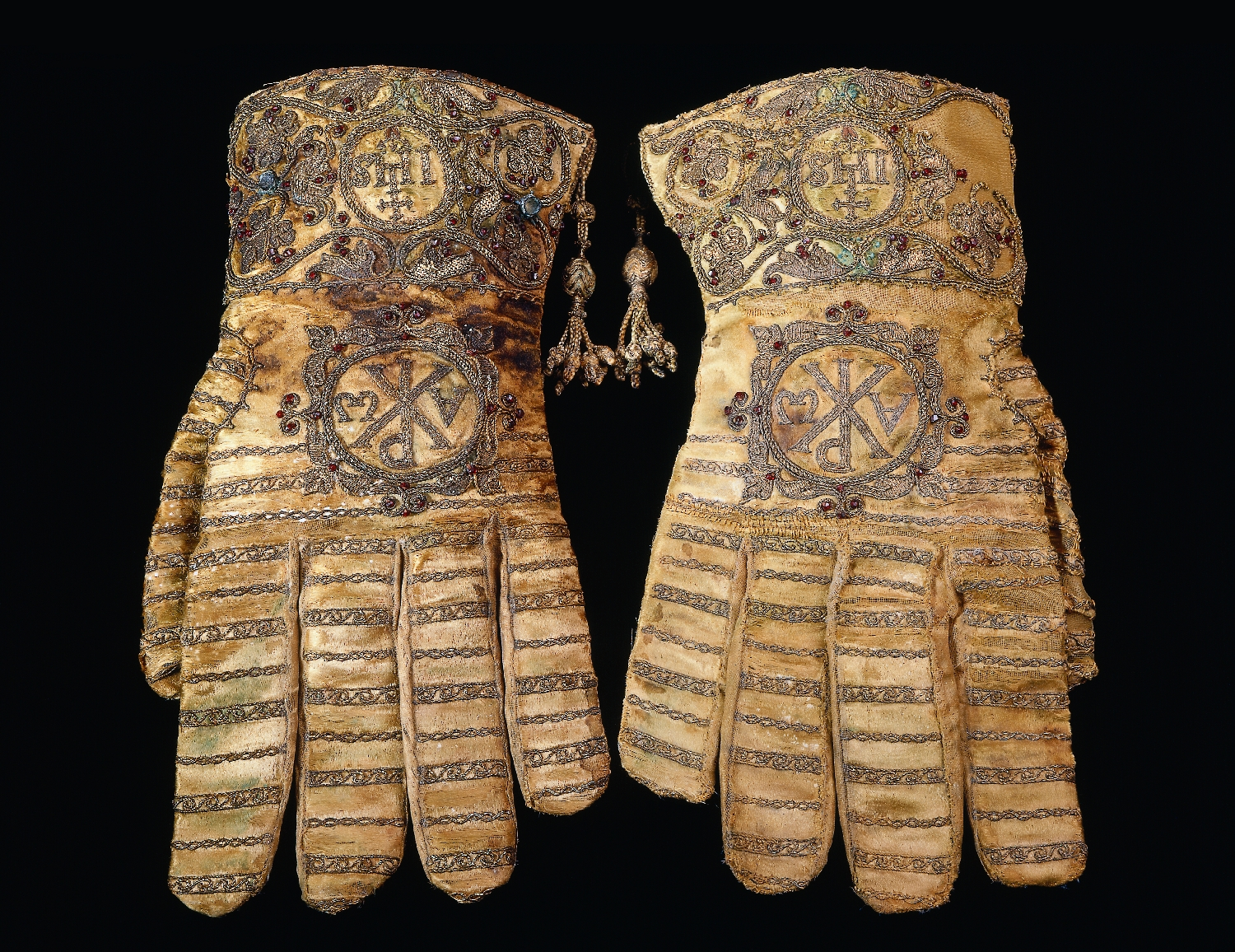 Pontifical gloves of the Salzburg prince archbishop Wolf Dietrich von Raitenau, Italy, 1588, atlas silk, gold embroidery, relief embroidery, garnets, silk, inv. no. 4559-49